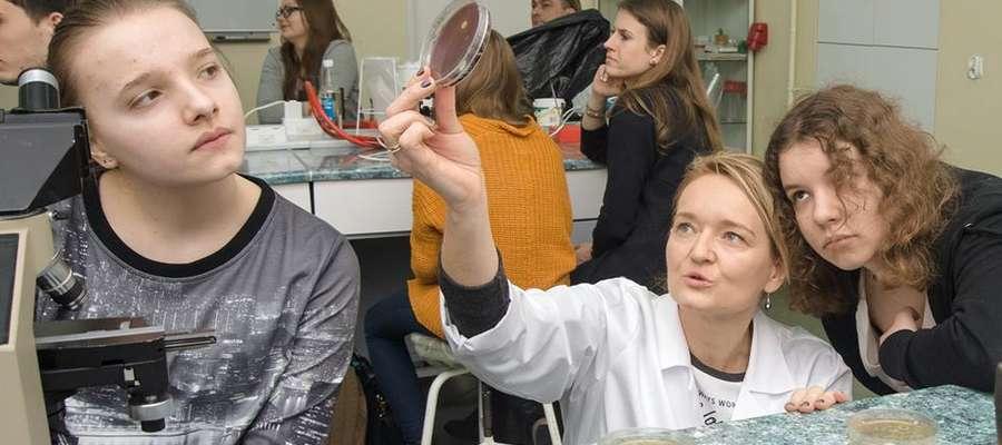 W trakcie zajęć uczniowie mieli okazję wykonać własne preparaty z bakterii pochodzących między innymi z jogurtu, własnych dłoni czy nawet z wydychanego powietrza