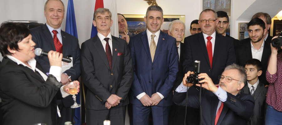 Organizatorzy wystawy i jej honorowi goście: Jerzy Piotrowski, Andrzej Szymański, Edgar Ghazaryan oraz Jerzy Rzymowski