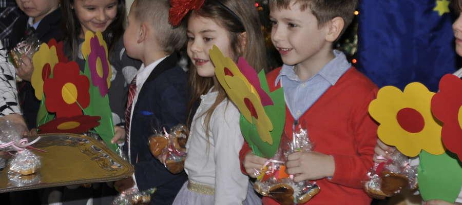 Pięciolatki z Przedszkola nr 1 z kwiatami dla swoich babć i dziadków.