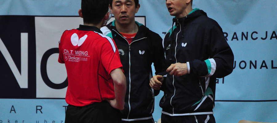 Piotr Kołaciński (z prawej) w rozmowie z zawodnikami
