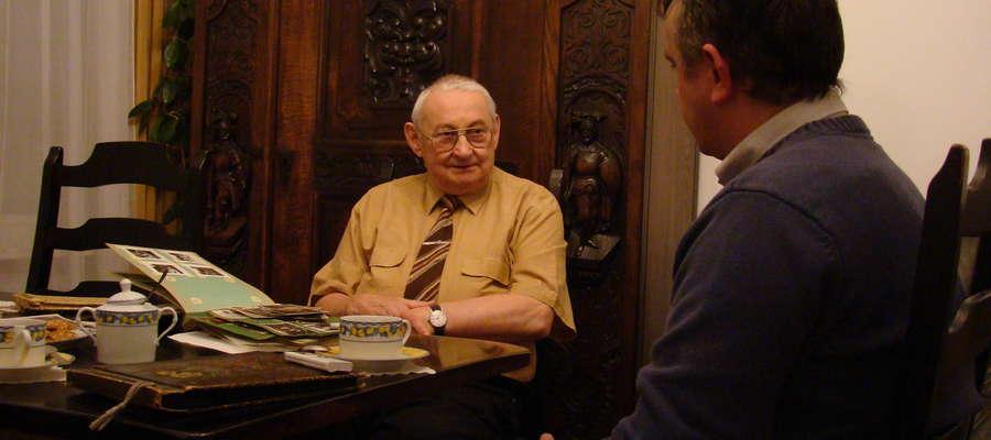 Jerzy Maryniak podczas rozmowy z Adamem Ejnikiem w mieszkaniu profesora
