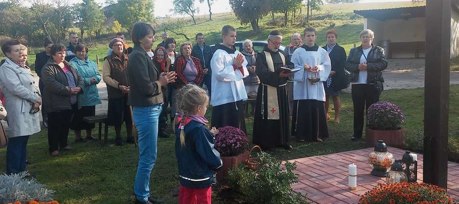Dzięki zaangażowaniu mieszkańców, we wsi Lesiska w ubiegłym roku udało się wymienić stojący przy drodze ponaddwudziestoletni drewniany krzyż