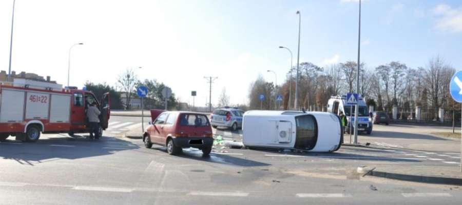 Wczoraj w Iławie na skrzyżowaniu alei Jana Pawła II i ul. Ziemowita doszło do kolizji. Kierujący ciężarowym citroenem nie udzielił pierwszeństwa przejazdu kierującemu samochodem osobowym fiat. Doszło do bocznego zderzenia pojazdów i wywróceniu citroena