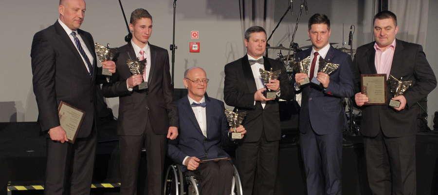"""Ireneusz Bukowiecki (z lewej) przez dziennikarzy sportowych """"Gazety Olsztyńskiej"""" został uznany za Trenera 2014 Roku"""
