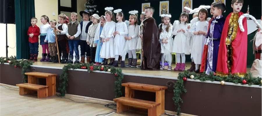 Wnuki wystąpiły dla dziadków w Gminnym Centrum Kultury w Kurzętniku