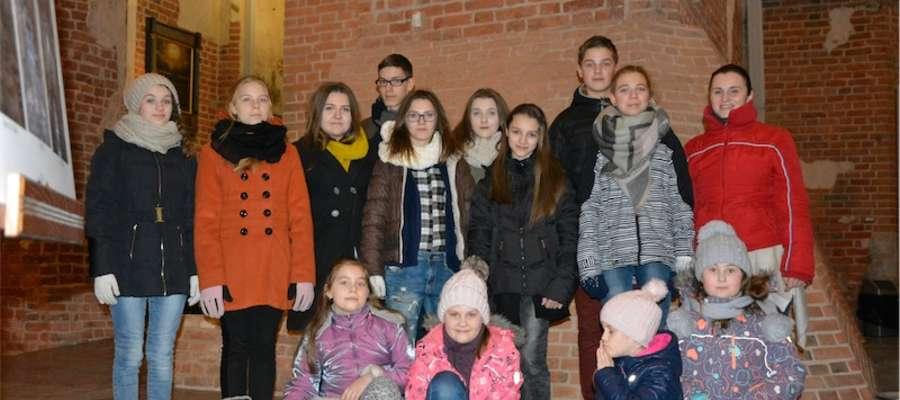 Wokaliści i ich instruktorka na pamiątkowym zdjęciu z Gdańska