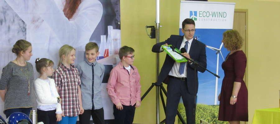 Dyplomy i nagrody wręczał Rafał Woźniak z firmy Eco-Wind
