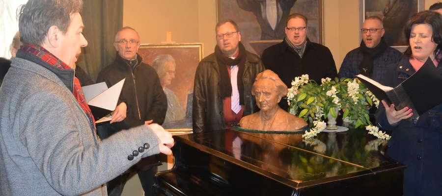 """Chór Bel Canto śpiewa 7 bm. """"Rotę"""" w Salonie Muzycznym im. Feliksa Nowowiejskiego. Dyryguje Jan Połowianiuk."""