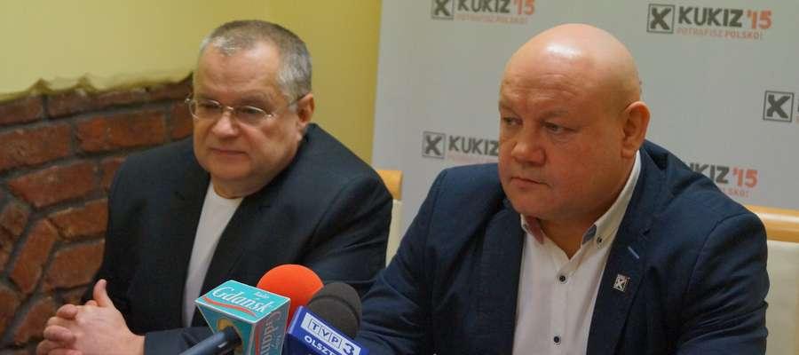 Andrzej Kobylarz (z prawej) podczas otwarcia swojego biura poselskiego w Elblągu