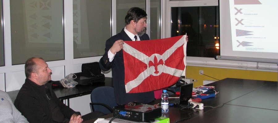 Kapitan Maciej Grzemski przedstawiał m.in. bandery, tu akurat bandera harcerska
