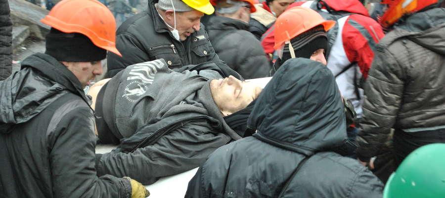 Towarzysze niosą ciało studenta Ihora Kostenka (Kijów, 20.02.2014)