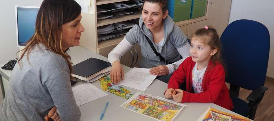 Marzena Karman (z lewej) podczas konsultacji logopedycznych