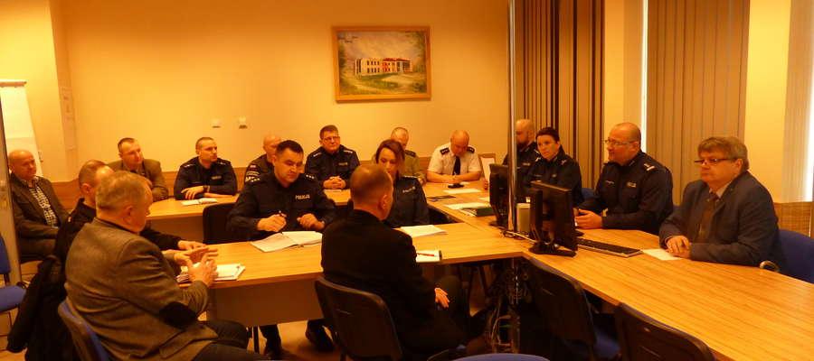 Oprócz policjantów w piątkowych konsultacjach uczestniczyli: starosta braniewski, przedstawiciele służb mundurowych oraz agencji ochrony osób i mienia z terenu powiatu braniewskiego