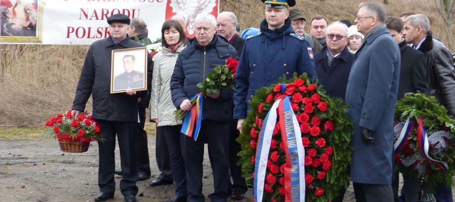 Choć popiersie jest zdemontowane, Rosjanie upamiętnili rocznicę śmierci gen. Czerniachowskiego