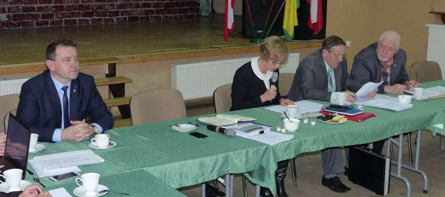 Radny Dembek (drugi z prawej) złożył wniosek o podwyżkę pensji wójta Dobka (z lewej)