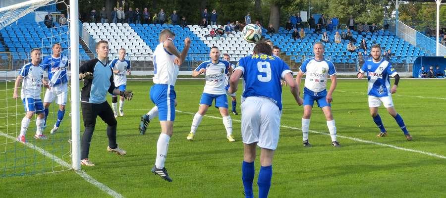 Grający trener Jezioraka Wojciech Figurski (nr 9) dogrywa piłkę do kolegów z drużyny podczas derbowego meczu z GKS-em Szymbark