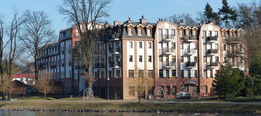 """""""Obecnie budynek młyna jest wtopiony w nowowybudowane obiekty, posiada zmienioną funkcję, a co za tym idzie także elementy wystroju zewnętrznego"""". Tu widok z ulicy Mickiewicza"""