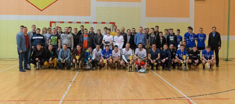 Piłkarze i organizatorzy po zakończeniu rozgrywek SLF pozowali do wspólnego zdjęcia