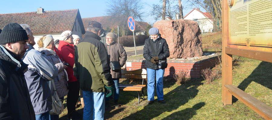 Uczestnicy wycieczki pod głazem pamiątkowym.
