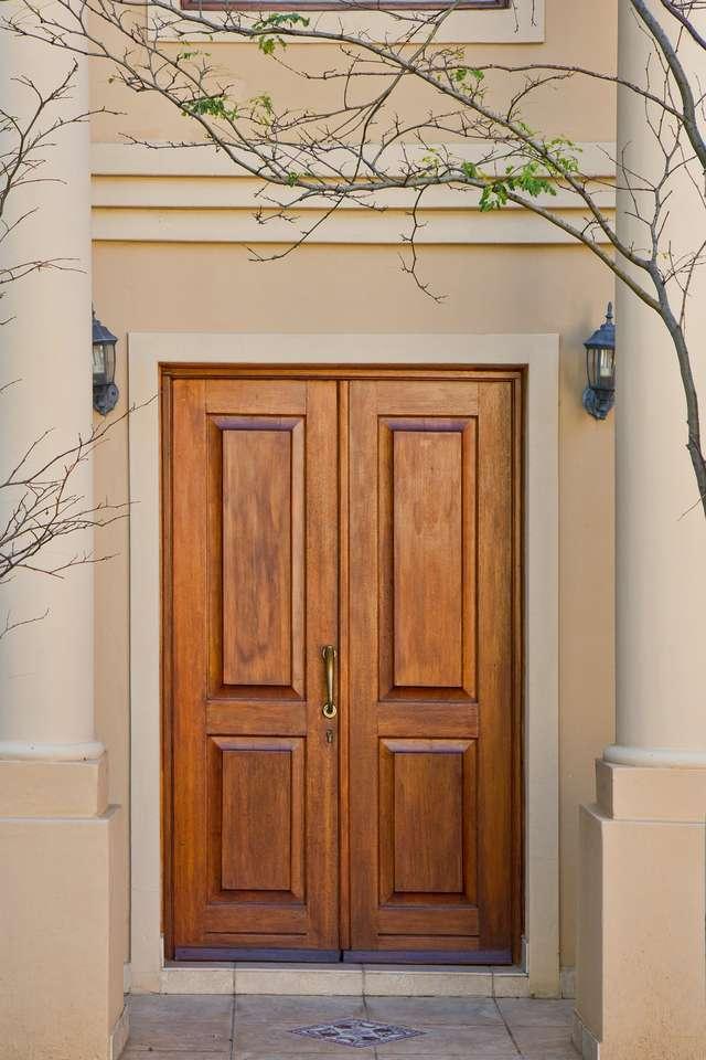 Drzwi - ochrona przed zimnem i intruzami - full image