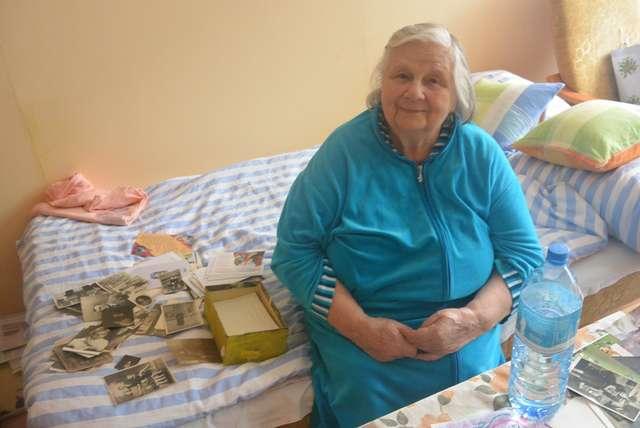Halina Drohomirecka w swoim mieszkaniu w Olsztynie - full image