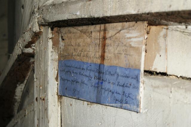 Bisztynek: tajemnicze napisy na desce umieszczonej z tyłu ołtarza głównego - full image