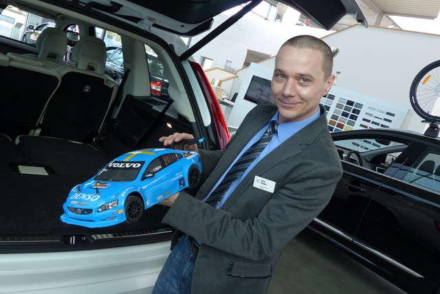Zalety niebieskiego volvo na pilota zachwala Piotr Pisanko z salonu Nord Auto z Olsztyna