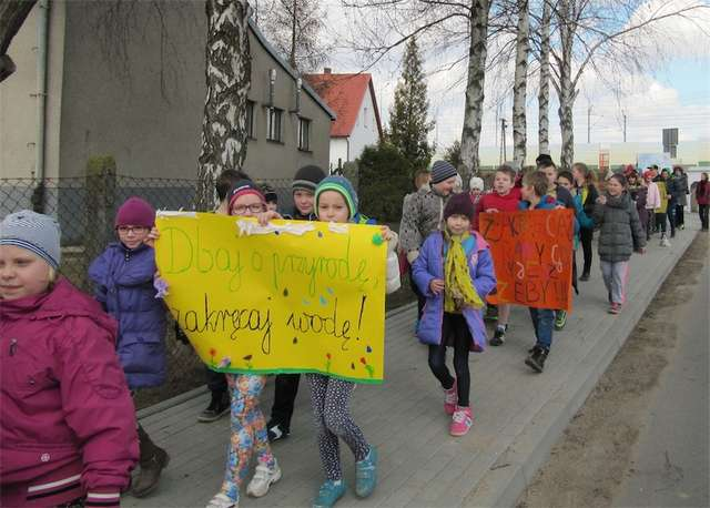 """W szkole w Zajączkowie odbył się """"Pokaz mody dla oszczędzania wody"""""""
