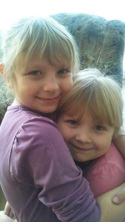 Amelia i Maja wbrew przeciwnościom losu, który mocno je oświadczył, są pełne radości