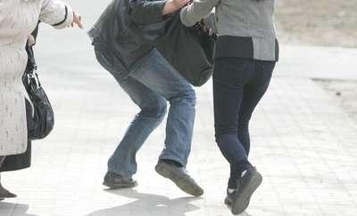 Pościg przechodnia za złodziejem, który wyrwał kobiecie torebkę