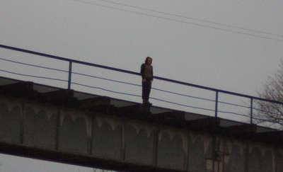 Młoda kobieta chciała skoczyć z mostu. Policjanci złapali ją w ostatniej chwili