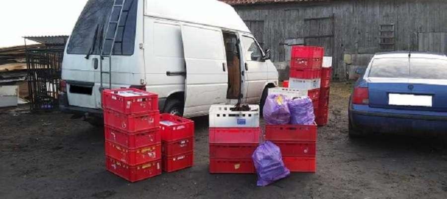 Posesja w gminie Bartoszyce. Tu nielegalne papierosy znaleziono w samochodach i w pomieszczeniach.