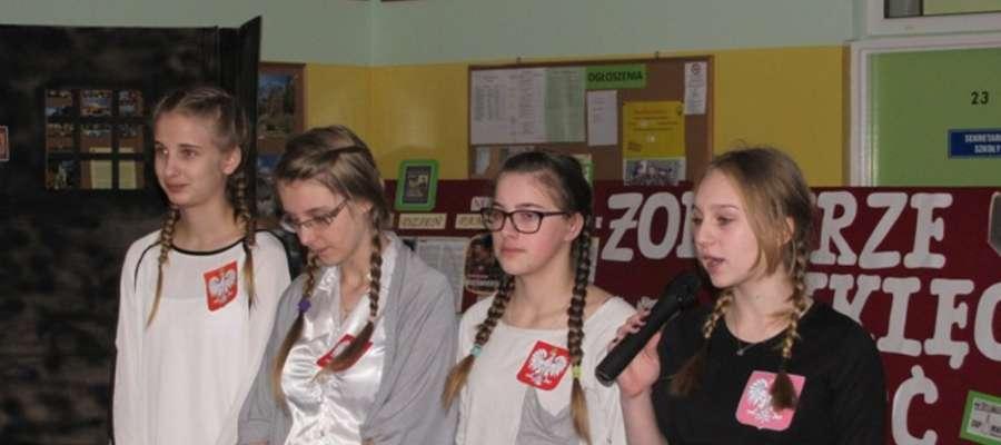 """Szkolne koło teatralne """"Fikander"""" zaprezentowało spektakl poetycko – historyczny połączony z prezentacją multimedialną poświęcony niezłomnym bohaterom polskiego podziemia niepodległościowego"""