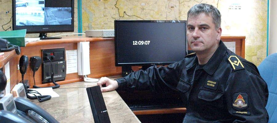 Młodszy aspirant Jarosław Kulwicki strażakiem jest 13 lat. Dziś pełni służbę na stanowisku kierowania