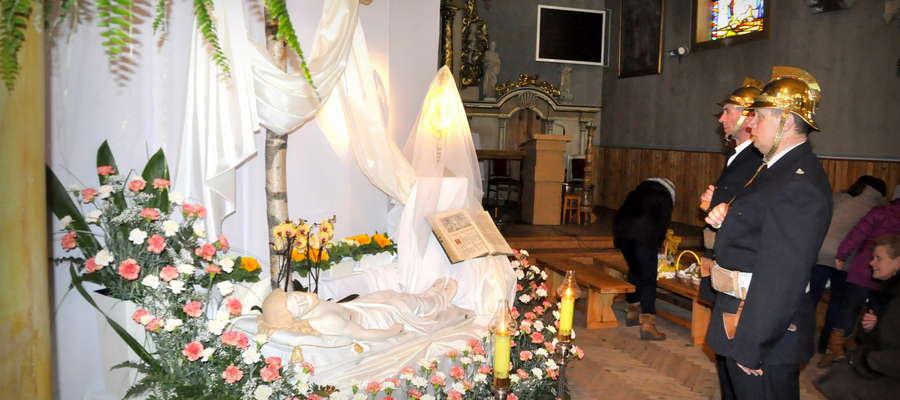 Przed Świętami parafii stroją groby. Często mają te groby wymiar symboliczny