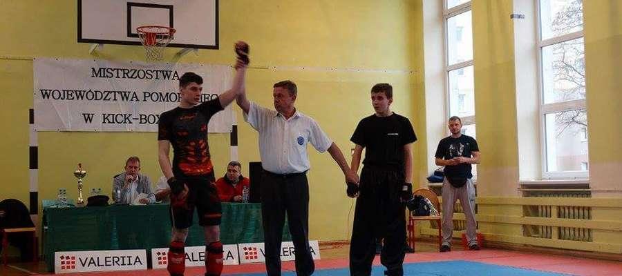 Michał Kuźniak (z lewej) podczas mistrzostw Pomorza w kickboxingu