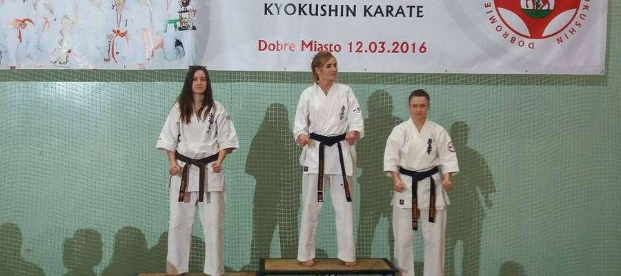 Podium seniorek do 55 kg. Pierwsza z lewej Adrianna Mrówka (Bartoszycki Klub Kyokushin Karate)