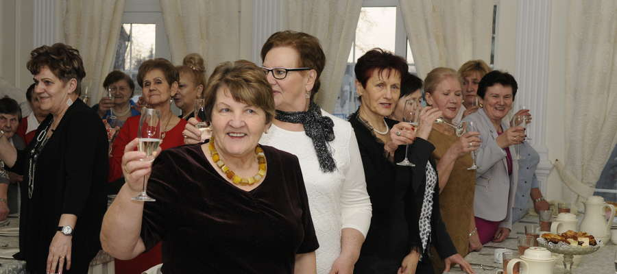 Wspólny toast na Dzień Kobiet wzniosły seniorki z Żuromina