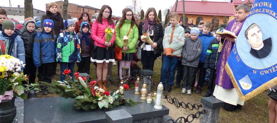 Na grobie księdza Kazimierza złożono kwiaty i zapalono znicze