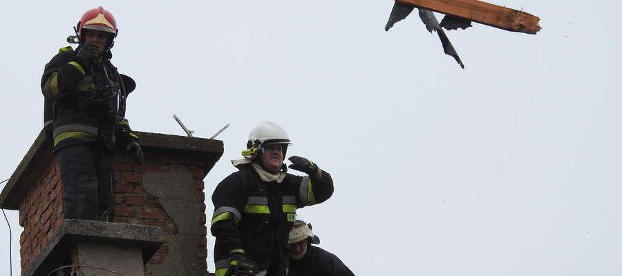 Strażacy usuwali nadpalone fragmenty dachu