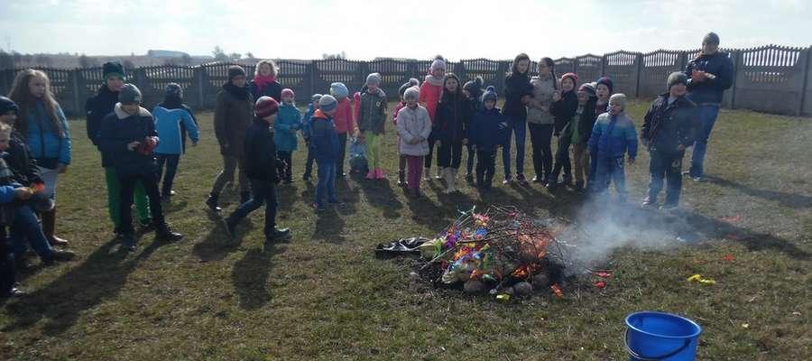 Marzanna - symbol zimy została spalona