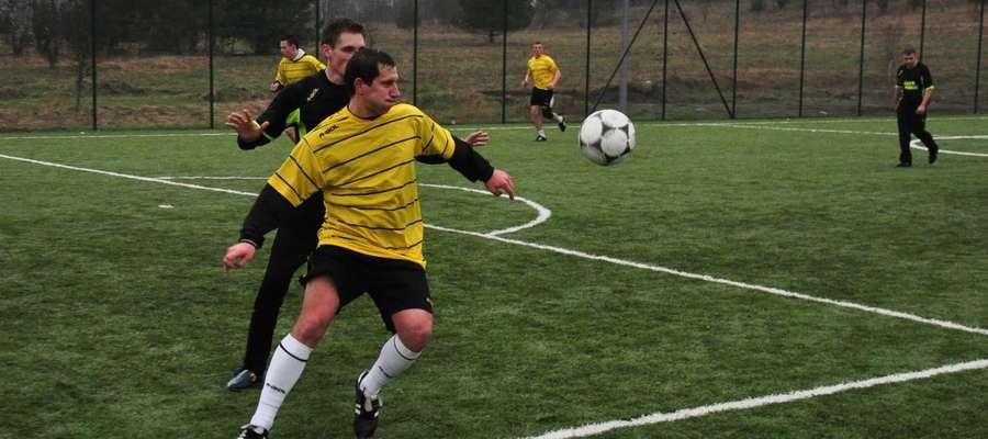 Zdjęcie ilustracyjne do artykułu, a na nim Jarosław Otręba walczy o piłkę z Leszkiem Gajewskim podczas iławskiej ligi Orlika
