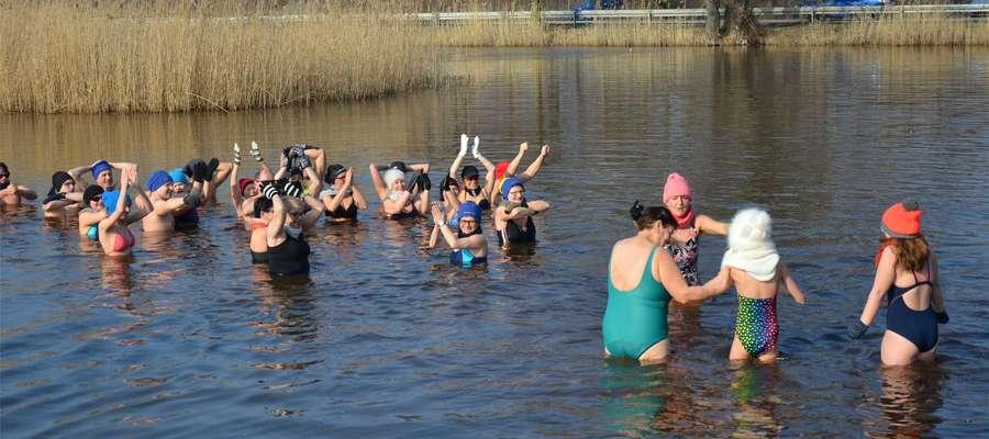 Po biegu ponad 50 osób weszło do zimnej wody. W niedzielę miała ona ok. 4 stopni Celsjusza