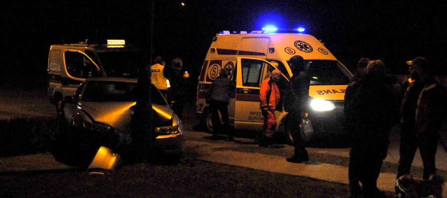 Samochód peugeot uderzył w słup