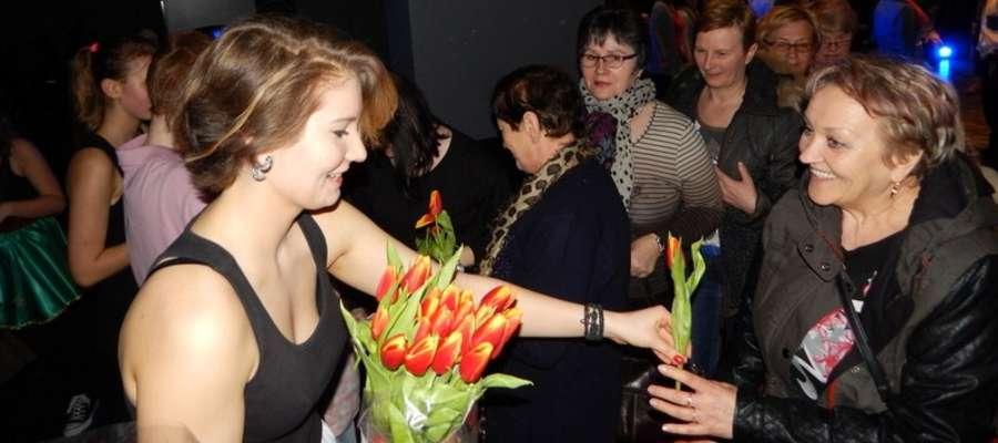 Przy wyjściu, każda z pań otrzymała kwiat