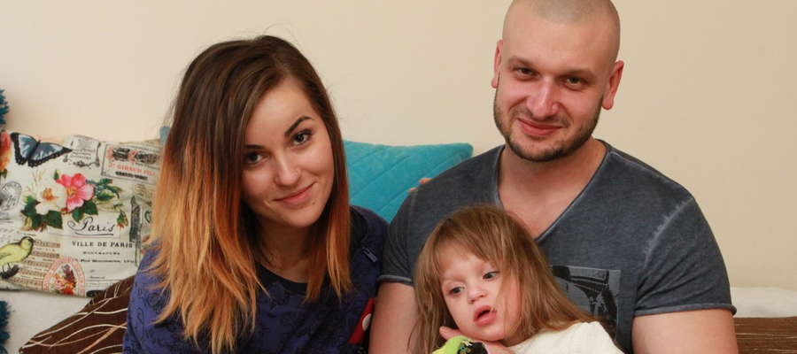 Maja (na zdj. z mamą Małgorzata i tatą Bartoszem) urodziła się w 25 tygodniu ciąży. Jej każdy dzień to walka z chorobami