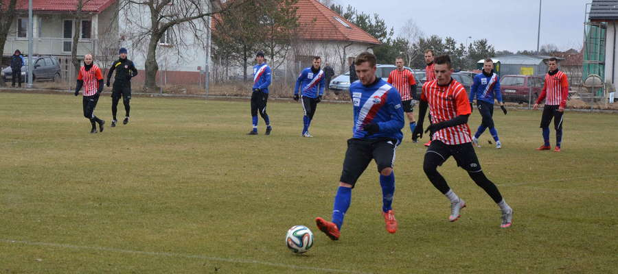 W sparingu z Tęczą Biskupiec dwa gole zdobył Krzysztof Filipek (prze piłce)