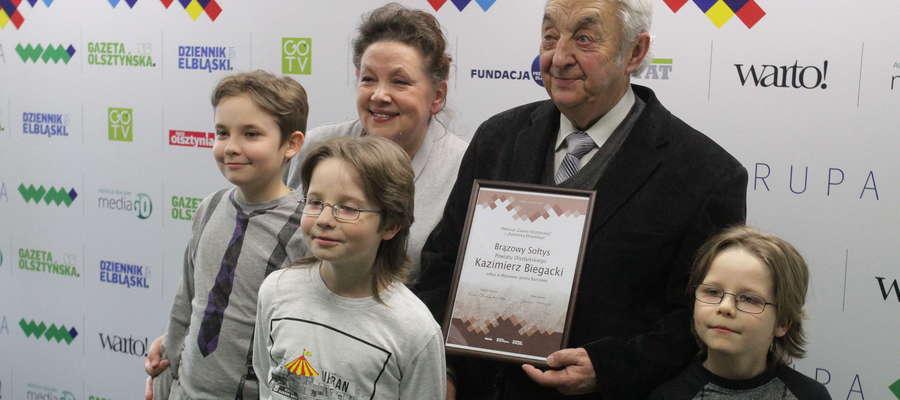 Niektórzy na uroczystość przyjechali z całymi rodzinami, nawet kilkupokoleniowymi, jak pan Kazimierz Biegacki, sołtys Wipsowa, którego na krok nie odstępowało trzech wnuków.