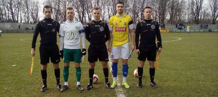 Sędziowie oraz kapitanowie Granicy Kętrzyn i Olimpii Elbląg przed rewanżowym spotkaniem III ligi sezonu 2015/2016.
