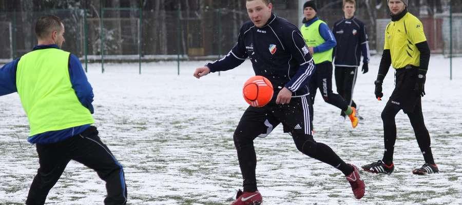 Mecz Victorii Bartoszyce z KS Wojciechy odbywał się w zimowej scenerii